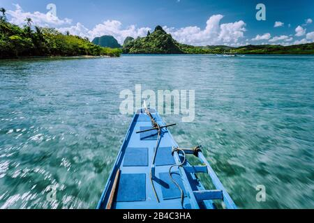 Local banca boat on tour trip to the protected famous Snake Island El Nido, attractions tourist locations Palawan in the Philippines. - Stock Photo