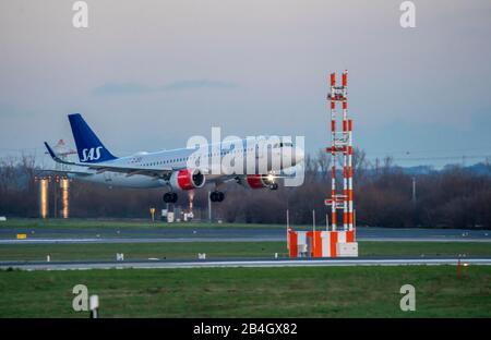 DŸsseldorf International Airport, DUS, aircraft on landing, SAS, Airbus A320