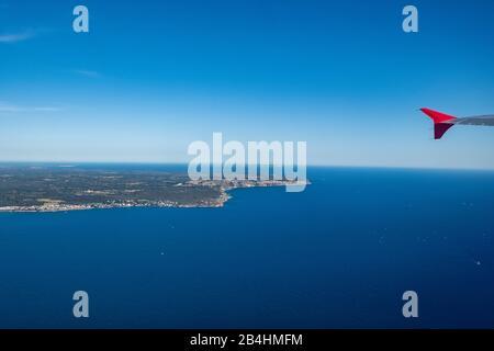 Blick aus dem Fenster eines Flugzeugs auf die Insel Mallorca nach dem abheben - Stock Photo