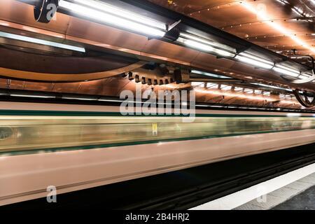 Einfahrende Metro in die Metrostation Arts et Métiers in Paris, Frankreich, Europa