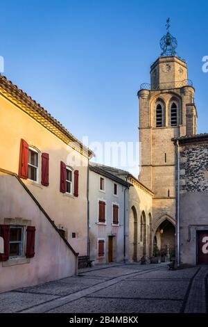 Die Kirche Saint Gervais et Protais in Caux wurde im XII Jahrhundert im lombardischem Still errichtet. Der dazugehörige Glockenturm wurde im XVII Jahr - Stock Photo