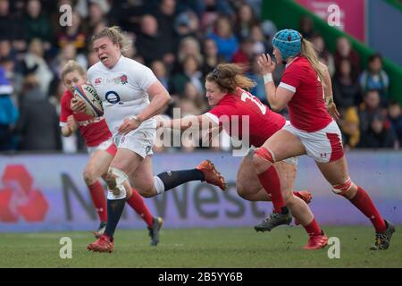 London, UK. 07th Mar, 2020. Sarah Bern (England, 18) is held on to her trousers by Lauren Smyth (Wales, 23). On the right Gwen Crabb (Wales, 19) tries to help. Fourth matchday of the Women's Six Nations 2020 rugby tournament; England - Wales on 7 March 2020 in London. Credit: Jürgen Kessler/dpa/Alamy Live News - Stock Photo
