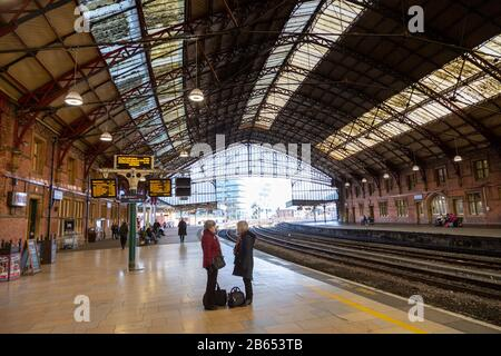 Passengers on platform at Temple Meads railway station, Bristol, England, UK - designed by Isambard Kingdom Brunel - Stock Photo
