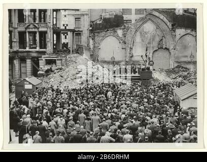 Meeting in memory of the German invasion on the grounds of the ruined Dutch church at Austin Friars' London under great public interest Under intense public interest is held the remnants of the total debris shot Dutch Reformed Church at Austin Friars' London a memorial meeting of the German invasion of the Netherlands. In the foreground, a crowd in the background the ruined church building and a central stage with a military band, and the speaker Prime Minister Gerbrandy. Manufacturer : Photographer: Sport & General Press Agency Place manufacture: London Date: May 10 1941 Material: photo paper - Stock Photo