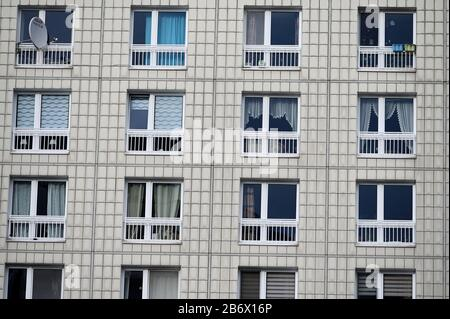 04 March 2020, Berlin: Facade with windows of a block of flats. The Federal Constitutional Court has rejected a rush application by landlords against the Berlin rent cap. (to 'Karlsruhe rejects emergency appeal against Berlin rental cover') Photo: Frank May/dpa