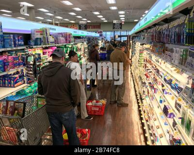 Thornwood, USA. 13th Mar, 2020. March 13, 2020; Thornwood, NY, USA; Check-out lines are long at Shop-Rite in Thornwood on Friday, March 13, 2020. Credit: Sipa USA/Alamy Live News - Stock Photo