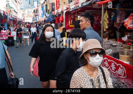 23.01.2020, Singapore, Republic of Singapore, Asia - Pedestrians wearing respirators stroll through the Chinatown district of a bustling street bazaar that takes place every year on Chinese New Year. This happens shortly after the first infection with the coronavirus has been confirmed in the city-state. [automated translation]