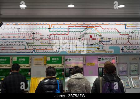 30.12.2017, Tokyo, Japan, Asia - Commuters queue up in front of ticket vending machines at an underground station in the city centre. [automated translation] Stock Photo
