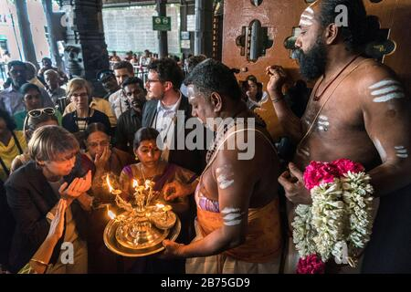 India, Chennai, 25.03.2018. Trip of the German President and Mrs. Buedenbender to the Republic of India from 21-26.03.2018. Mrs. Buedenbender visits the Kapaliswarar Temple on 25.03.2018. Elke Buedenbender, lawyer and wife of the German President. [automated translation] - Stock Photo