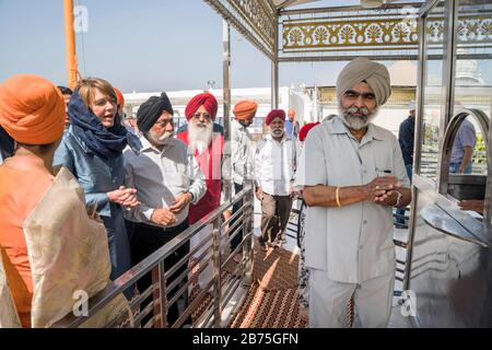 India, New Delhi, 24.03.2018. Trip of the German President and Mrs. Buedenbender to the Republic of India from 21-26.03.2018. Elke Buedenbender, lawyer and wife of the German President visits the Bangla Sahib Gurudwara (Sikh Temple) in New Delhi on 24.03.2018. [automated translation] - Stock Photo