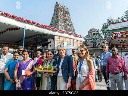 India, Chennai, 25.03.2018. Trip of the German President and Mrs. Buedenbender to the Republic of India from 21-26.03.2018. Mrs. Buedenbender visits the Kapaliswarar Temple on 25.03.2018. Group picture with Elke Buedenbender, lawyer and wife of the German President. [automated translation] - Stock Photo