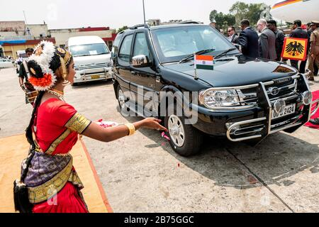 India, Chennai, 25.03.2018. Trip of the German President and Mrs. Buedenbender to the Republic of India from 21-26.03.2018. Dancer at the arrival of the German President in Chennai on 25.03.2018. [automated translation] - Stock Photo