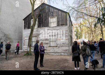 Germany, Berlin, 09.04.2017. The house of Rosa Parks in Berlin on 09.04.2017. Rosa Parks became famous when she refused to give up her seat on the bus to a white person in the USA in the 1950s. She was arrested - and became an icon of the civil rights movement. The American artist Ryan Mendoza has dismantled the house of Rosa Parks in Detroit and rebuilt it himself in a backyard in Gesundbrunnen. [automated translation] - Stock Photo