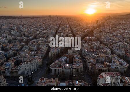 Aerial view of The Eixample, the octogonal grid of Barcelona, Catalonia, Spain) ESP: Vista aérea del Ensanche de Barcelona (Cataluña, España)