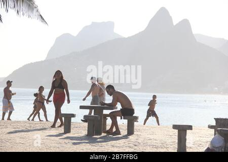 Rio De Janeiro, Rio de Janeiro, Brasil. 15th Mar, 2020. (INT).Movement at the beaches in Rio de Janeiro.March 15, 2020, Rio de Janeiro, Brazil:Movement of people at Copacabana and Ipanema beaches in Rio de Janeiro.Even with the decree banning agglomerations in the state of Rio de Janeiro because of the Corona Virus, beaches still get filled up and do not change the life of Cariocas, this Sunday afternoon (15).(Carioca is name given to someone from Rio de Janeiro).Credit:Fausta Maia/Thenews2 Credit: Fausto Maia/TheNEWS2/ZUMA Wire/Alamy Live News - Stock Photo