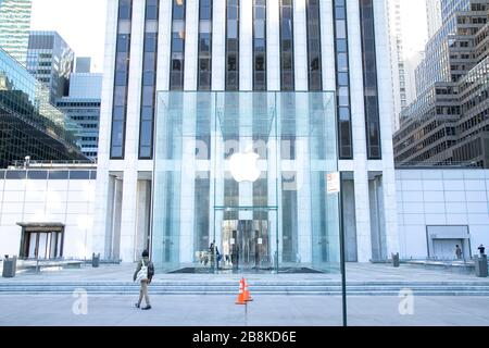 The glass cube entrance at Apple's iconic flagship store on 5th Avenue in New York City. - Stock Photo