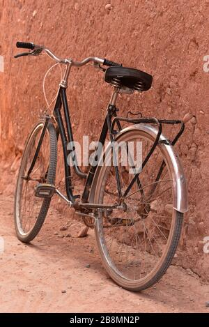 An old bicycle leans against a typical Moroccan mud wall, Aït Benhaddou, Morocco, Northern Africa. - Stock Photo