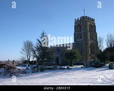 'English: St Edmund's parish church, Maids Moreton, Buckinghamshire, England, seen from the northwest in snow This is a photo of listed building number 1215188.; 5 August 2007 (original upload date); Transferred from en.wikipedia to Commons.; Vemcd at English Wikipedia; ' - Stock Photo