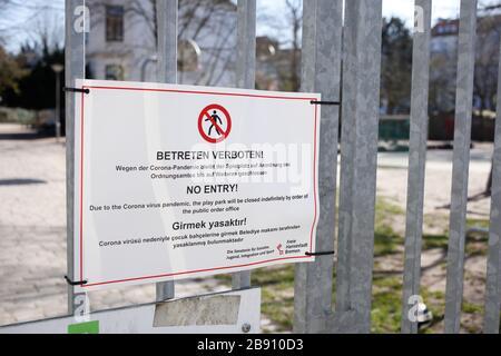 Schild Spielplatz wegen Coronavirus geschlossen, betreten verboten