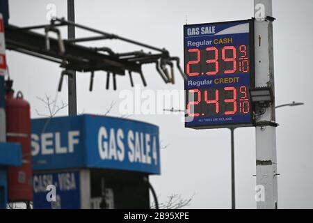 """New York City, USA. 23rd Mar, 2020. Gas prices remain low as New York City is placed under a """"Stay at Home"""" horder during the Coronavirus (COVID-19) outbreak, New York, NY, March 23, 2020. Gov. Andrew Cuomo has reported that there are over 20,000 positive coronavirus cases in the State of New York, and more than 12,000 in New York City (five boroughs). (Anthony Behar/Sipa USA) Credit: Sipa USA/Alamy Live News - Stock Photo"""