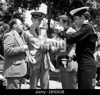 Members of the German Life-Saving Association (DLRG) talk to members of the US Coast Guard in New York City. Gifts are exchanged. [automated translation] - Stock Photo