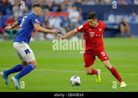 Schalke, Veltins-Arena, 24.08.19: Robert Lewandowski (FC Bayern München, rechts) im Zweikampf mit Matija Nastasic (FC Schalke 04) im Spiel der 1. Bund