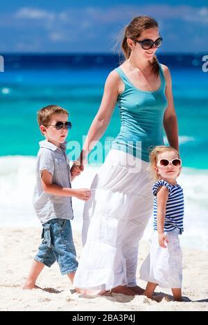 Mutter und Kind machen Urlaub am Strand, Seychellen, Indischer Ozean, MR: Yes - Stock Photo