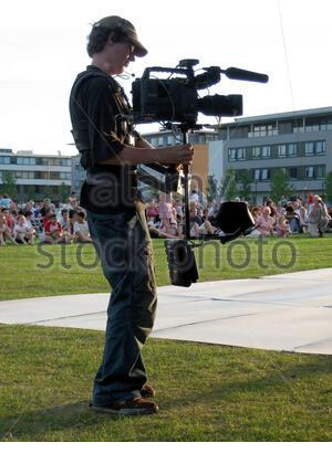 'English: This photograph shows a man operating a steadicam. Deutsch: Dieses Bild zeigt einen Mann der eine Steadicam bedient.; 23 June 2005; Own work; Mike1024; ' - Stock Photo