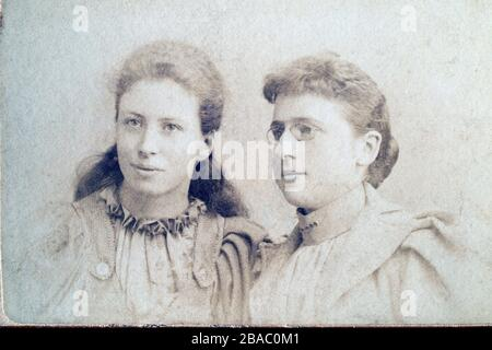 Archive Edwardian or late Victorian portrait of two women, possibly sisters. CDV 1900-1910. - Stock Photo