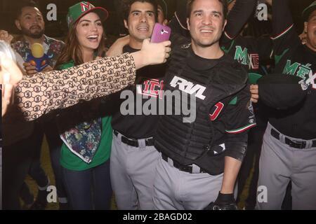 Ximena Navarrete, Jose Angel Bichir y  Kuno Becker  BECKER en la filmacion de la pelicula llamada 108 Costuras.. Filme sobre el Beisbol Mexicano y la - Stock Photo