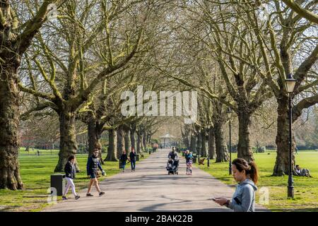 Wandsworth, London, UK. 28th March, 2020. People get out in Battersea Park to get their days exercise - most practice social distancing. The 'lockdown' continues in London - Coronavirus (Covid 19) outbreak in London. Credit: Guy Bell/Alamy Live News - Stock Photo