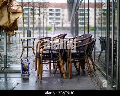 Leere Stühle und Tische Dresden Corona Virus Gastronomie