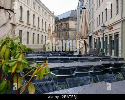 Leere Tische und Stühle in Dresden wegen Coronavirus Lockdown COVID-19 leeres Restaurant Gastronomie