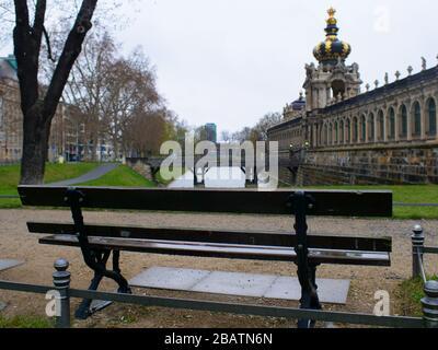 Leere Parkbänke während Coronavirus am Dresden Zwinger Teich Zwingerteich COVID-19 Lockdown 2020