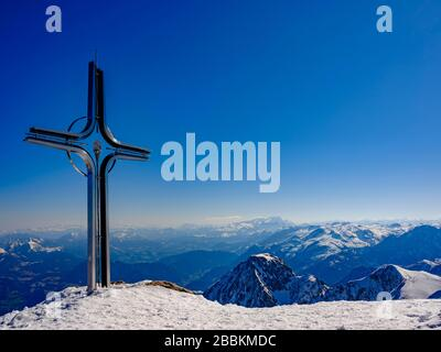 Summit cross of the Hoher Goell, behind Dachstein and Tennengebirge, in winter, Berchtesgaden Alps, Berchtesgaden National Park, Berchtesgadener - Stock Photo