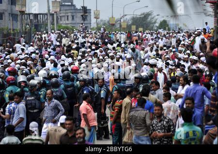 Thousands of people thronged to join a Hefajat-e Islam rally at Bangladesh-China Friendship Bridge near Postagola, Dhaka, Bangladesh as they called a - Stock Photo