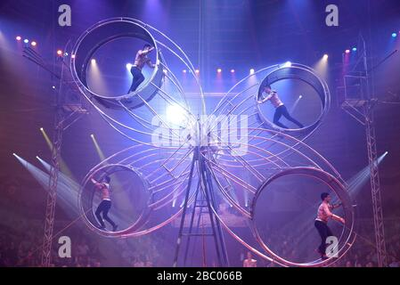 The troupe Mustafa Danguir on the four-man Giga giant wheel at the first winter premiere of Circus Krone in Munich. [automated translation] - Stock Photo