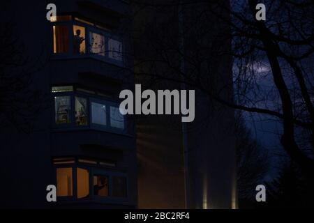 London, UK. 2nd April, 2020. residents of tower blocks in Clapham cheer at 8pm for NHS workers who are putting their lives on the line during the coronavirus pandemic. Anna Watson/Alamy Live news. - Stock Photo