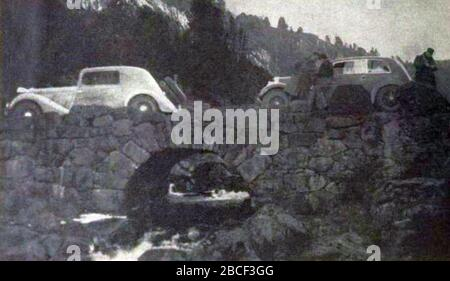 'Français : Rallye Monte Carlo 1934, Charles Lahaye et Raymond Quatresous sur Renault au départ de Stavanger. English: Entry #57 in the 1934 Rallye Monte Carlo was a Renault, driven by Charles Lahaye and René Quatresous. The french uploader suggests Raymond Q., but this is most likely the René Q. that Lahaye entered with in 1935 as well. The Renault is possibly the Nervastar CS they used in 1935, which when compared to the 1935 pictures, then would be the first car on the bridge (the one to the left in the picture). They had started in Stavanger.[1]; 5 November 2017; L'Automobile sur la Côte d - Stock Photo