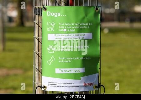 Finsbury Park, North London, UK. 5th Apr, 2020. A sign in Finsbury Park, north London about keeping the dogs on the lead. Credit: Dinendra Haria/Alamy Live News - Stock Photo