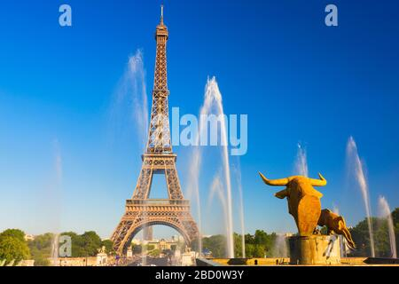France, Ile-de-France, Paris, Effel Tower viewed from the Palais de Chaillot water fountains - Stock Photo