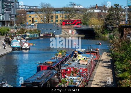 London, UK. 5th Apr, 2020.  People walking and exercising along the Regents Canal on April 5, 2020 at East Area of London, UK. Credit: Erica Dezonne/PX Imagens/ZUMA Wire/Alamy Live News - Stock Photo