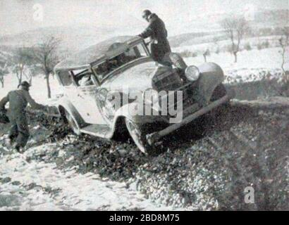 'Français : Rallye Monte Carlo 1934, la Hotchkiss de Gas et Trévoux.English: This seems like entry #4 in the 1934 Rallye Monte Carlo, which should have been a Hotchiss AM 80 S 3,485 ccm[1] but the car in this picture does NOT look quite similar (this one has a bumper, extra spare wheel, and not rounded radiator), so perhaps from a different year, or maybe it is not a 4 on the plaque mounted on the roof.; 4 November 2017; Omnia : revue pratique de locomotion, n°173, octobre 1934; Omnia; ' - Stock Photo