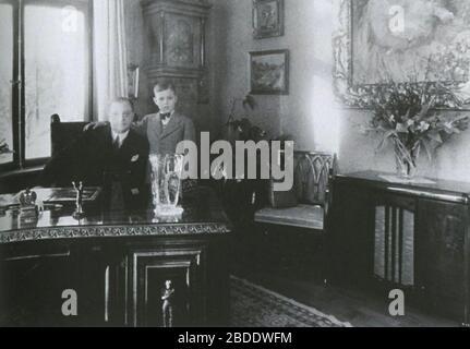 'Svenska: Bertil Gylling senior och junior i Gyllings villa; 1940s date QS:P,+1940-00-00T00:00:00Z/8; Entreprenören i centrum; Unknown author; ' - Stock Photo