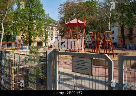 Spielplatz, wegen dem Coronavius geschlossen, Bockenheim, Frankfurt am Main, Deutschland