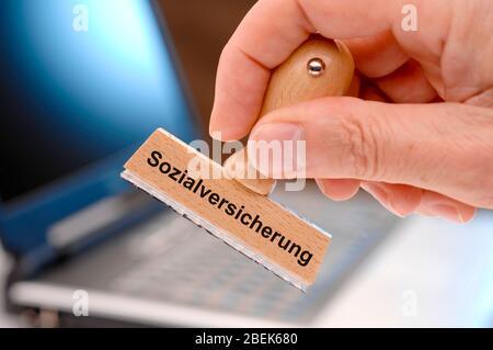 Sozialversicherung gedruckt auf einem Holzstempel - Stock Photo