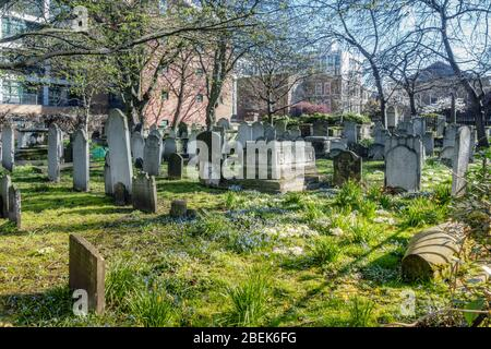 UK, England, London. Bunhill Fields: an ancient burial ground where John Bunyan, William Blake and Daniel Defoe are buried - Stock Photo