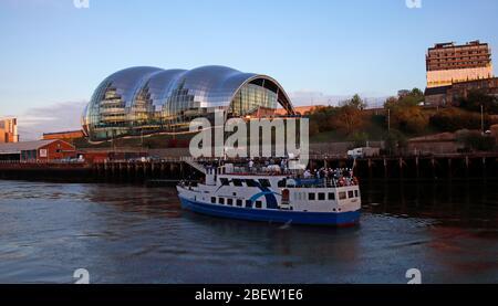 Tyne River, Newcaste upon Tyne, Gateshead, Sage and riverside, evening, NE England, UK, bridges, Gateshead Millennium Bridge - Stock Photo