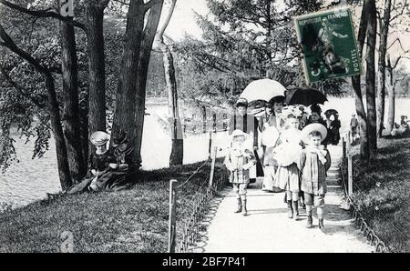 Promenade familiale sur les bords du bois de Boulogne a Paris - carte postale 1905 environ Collection privee - Stock Photo