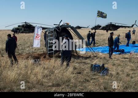 Zhezkazgan, Kazakhstan. 17th Apr, 2020. Russian support personnel arrive at the Soyuz MS-15 spacecraft shortly after it landed carrying Expedition 62 crew members NASA astronauts Andrew Morgan, Jessica Meir and Roscosmos cosmonaut Oleg Skripochka drifts back to Earth in a remote area April 17, 2020 near the town of Zhezkazgan, Kazakhstan. Credit: Andrey Shelepin/NASA/Alamy Live News - Stock Photo